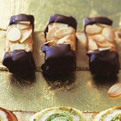 Mandelstangen: 2 Eier, 400 g Mehl, 4 gestr. TL Backpulver, 200 g Zucker, 2 Päckchen Vanillezucker, 200 g weiche Butter, 1 EL Milch, 100 g gehobelte Mandeln, 200 g Zartbitterkuvertüre, 250 g rotes Johannisbeergelee