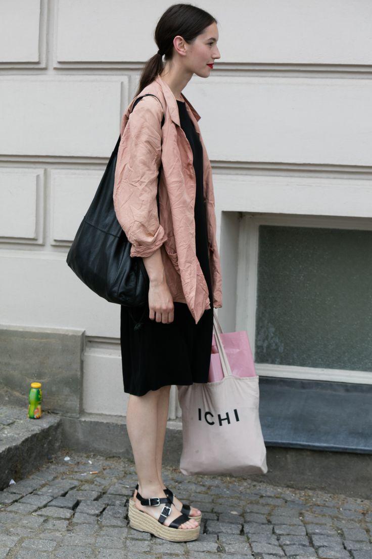 【海外スナップ】ヒップスターのカジュアルコーデが光る 2017年春夏ベルリン・ファッション・ウイーク ストリートスナップ 75 / 84                                                                                                                                                                                 もっと見る