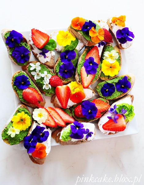 kanapka z kwiatami, jadalne kwiaty, stokrotki fiołki pierwiosnki na chlebie, edible daisies, eatable flowers