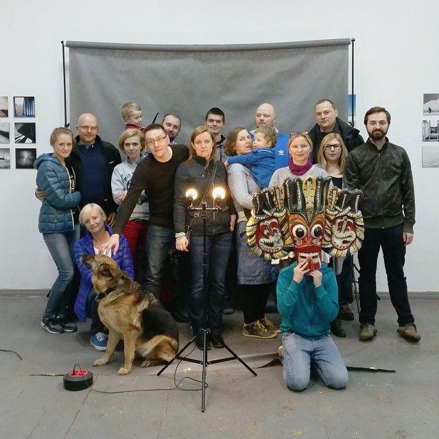 Finisaż wystawy fotografii mobilnej w Murowanej Goślinie.  Dziękujemy, że byliście.  @sabatinka @cosmiczny dziękujemy za smakołyki.  @aga_do dziękujemy za oświetlenie.  #grupamobilni #mobilnyplener