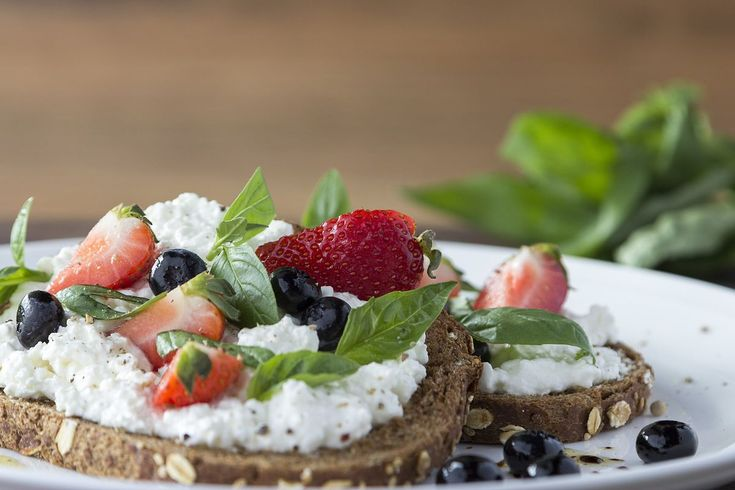 Meergranenbrood met hüttenkäse, aardbeien en bosbessen - Brood.net