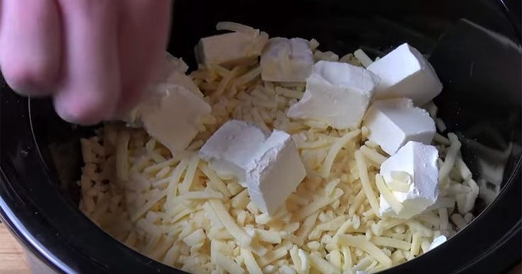 Han slänger pasta och ost i en kastrull och går därifrån. När han återvänder? Maten är serverad!