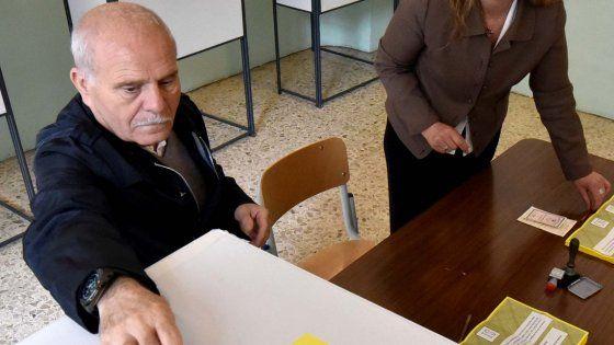 E' successo a Borgetto. Un uomo in sedie a rotelle era arrivato al mattino in una scuola per votare per il referendum sulle trivelle, ma era stato