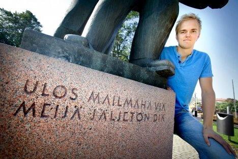 Raumalaisveskari Iiro Tarkki ja Keskuspuiston patsas: http://www.raumantaidemuseo.fi/julkiset/tasalahakkri.html