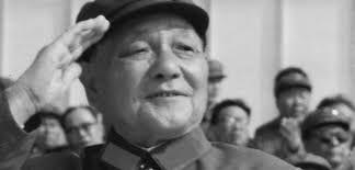 Tras la muerte de Mao Zedong en 1976 , Deng Xiaoping se convirtió en el líder supremo de China en 1978. Bajo su poder, la República Popular China emprendió las reformas económicas de liberalización de la economía socialista que permitieron a este país alcanzar unas impresionantes cotas de crecimiento económico. Frente a estos éxitos en la economía, Deng ejerció un poder de marcado carácter autoritario. Paula Vitali.