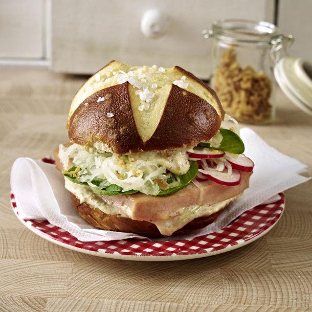 Unser beliebtes Rezept für Bayrischer Blitz-Burger und mehr als 55.000 weitere kostenlose Rezepte auf LECKER.de.