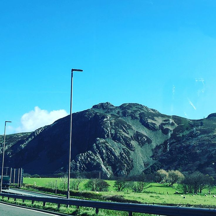 Currently driving through the gorgeous Welsh coast by mount snowdon as we head home to Glasgow! #wales #scifiweekender #sfw8 #hafanymor #snowdon #northwales #beach #britain #uk #drivehome