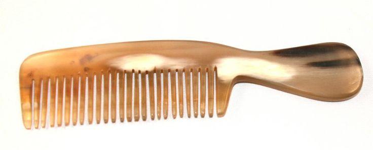 Peigne en corne claire. Idéal pour les cheveux longs.