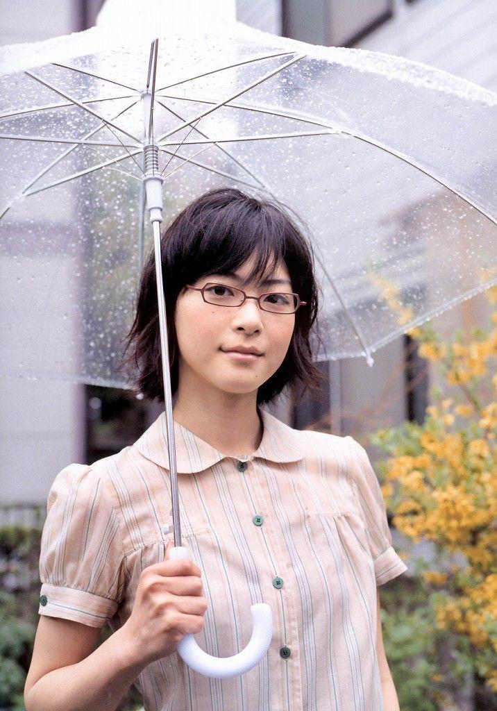 傘をさす上野樹里