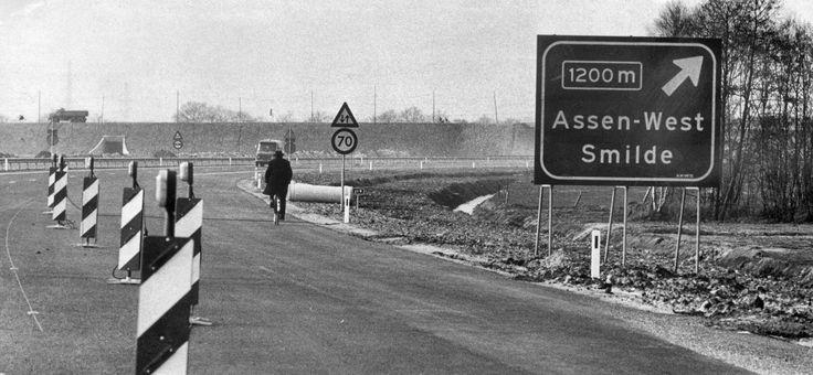 Gedeeltelijk opengestelde rijksweg 36 (nu A28) ten zuidwesten van Assen op 28 februari 1974. De westelijke rijbaan was in november 1973 al opengesteld, tijdelijk met tweerichtingsverkeer. Op 1 juni 1974 ging ook de oostelijke rijbaan open, waarmee de autosnelweg rondom Assen voltooid was. Bij de aanleg was rekening gehouden met een knooppunt bij Assen-West waar de doortrekking van rijksweg 33 als autosnelweg naar Oosterwolde was gepland. Sporen hiervan zijn nog altijd langs de A28 te zien.