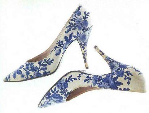 Туфли «Версаль». Роже Вивье — Кристиан Диор, 1960. Белый шелк и хлопчатобумажная ткань с голубым набивным цветочным узором. Ткань от Жюйи.