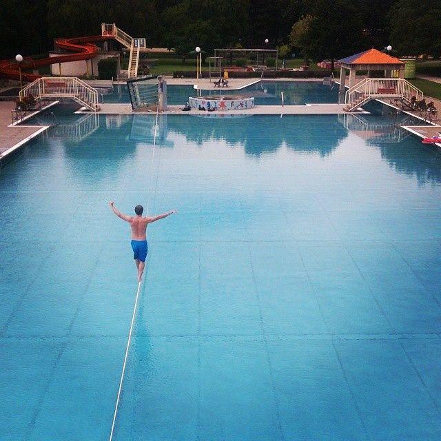 Ostentação no water! Vai uma piscininha de 50 metros só pra você? #slackclick #slackline #waterline #slackpool #slacklife #assimficafacil #slackostentacao Atleta: Daniel Haberl Augarten, Austria