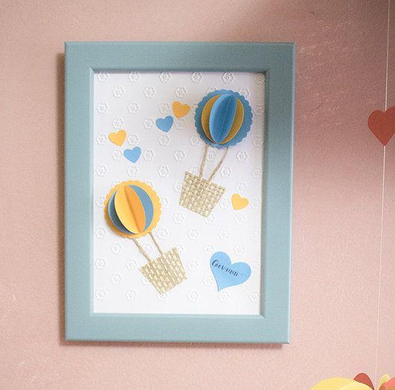 Ideale come decorazione per la camera dei vostri bimbi, questo quadro con mongolfiere 3D è realizzato a mano nelle tonalità del blu e del giallo.  Personalizzabile nella scritta del nome nel cuoricino che è posto in basso a destra.  ► Dimensione: 13x18 cm ► Cornice inclusa
