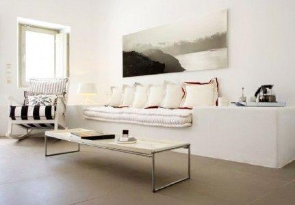 Λευκή οπτασία στο σαλόνι με ολόλευκους καναπέδες! | Small Things