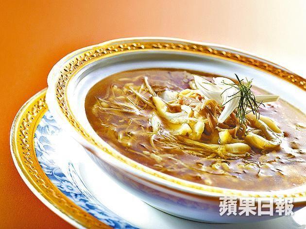 ■太史蛇羹以遠年陳皮和竹蔗做湯底,羹內有雞絲、吉濱鮑魚絲及花膠絲等。