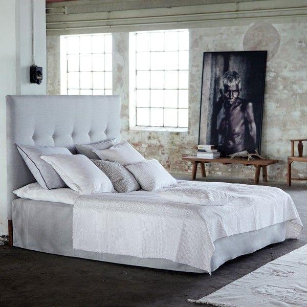 Sengegavl - grå 180x140 - House Doctor  Sengegavl fra House doctorMed denne flotte sengegavl fra House Doctor kan du på få øjeblikke skabe en drøm af en dobbeltseng. Et matchende madrasbetræk medfølger og fuldender forvandlingen. Mål: Sengegavl: B:180 cm. H:140 cm. Materiale: Birketræ og polyurethanskumMål: Madrasbetræk: 182x202 cm. H:40 cm. Materiale: PolyesterFarve: GråTåler pletrensAlle møbler sendes FRAGT FRITSe alle varer fra House Doctor