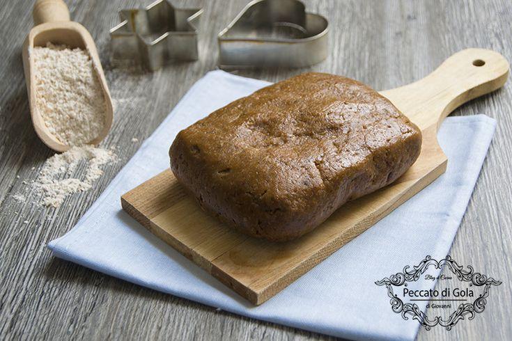La pasta frolla con farina di farro è una ricetta di base utile per i diabetici, a chi consuma alimenti senza zucchero raffinato e senza grassi animali.