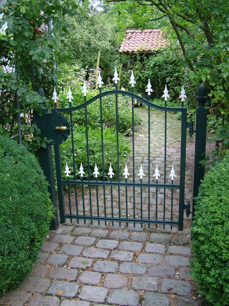 Gartentür mit weißen Spitzen