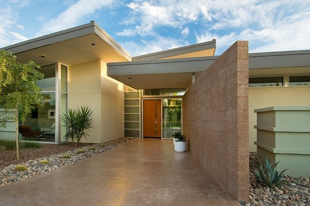 A little jealous of all the midcentury gems they have in the southwest. The lines on this AZ house are incredible, and its palette blends into the landscape beautifully.