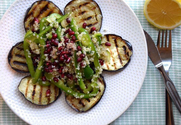 Ennnn het is weer tijd voor een lekkere salade! Een écht lekkere salade met aubergine, die ook nog eens prima vult als avondmaal en er mooi uitziet. That's how