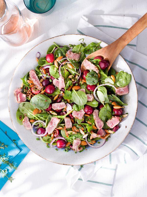 Salade d'épinards aux cerises, lentilles et steak grillé