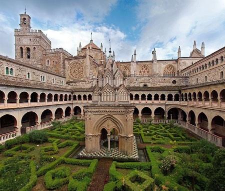 Monasterio de Guadalupe. El monasterio es un excepcional ejemplo de arquitectura de España. Simboliza un evento importante que ocurrió en 1492: la Reconquista de la Península Ibérica por los Reyes Católicos. Su famosa estatua de la Virgen se convirtió en un poderoso símbolo de cristianismo.