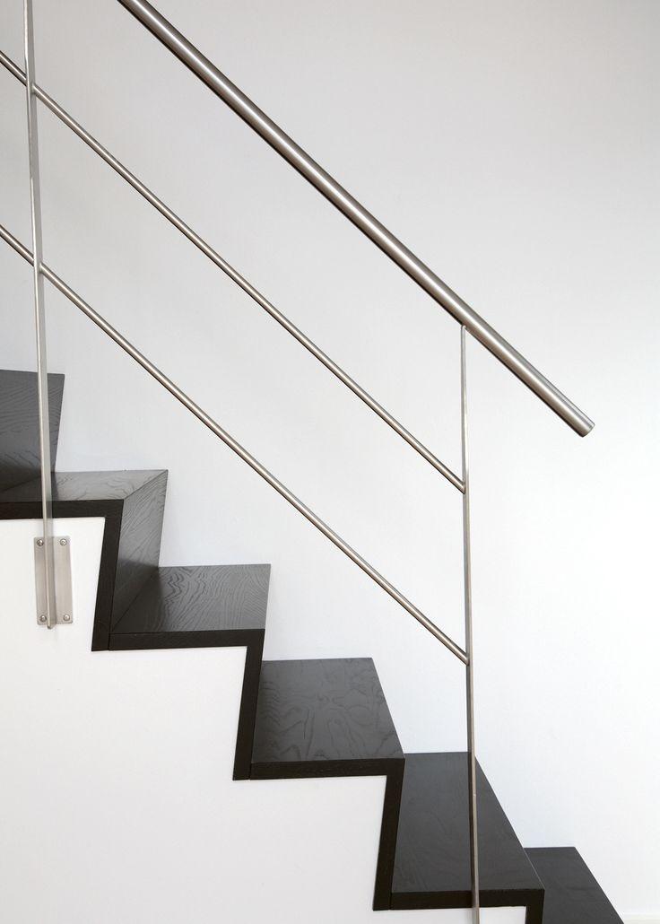 Trappa Zäta 2. Steg i svartlaserad ask & räcke i rostfritt stål.