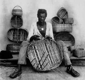Cesteiro no Rio de Janeiro, em 1889. Com o fim da escravidão, os negros libertos buscavam meios de obter uma renda. Foto de Marc Ferrez.