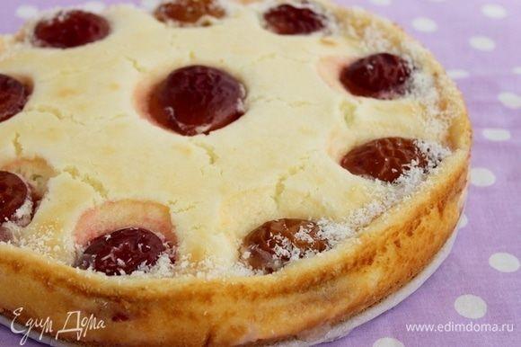 Пирог со сливой и сырным кремом  Нежный сырный слой, сочные сливы и бисквитный корж с белым шоколадом удивят вас своим вкусом и порадуют ваших домочадцев! Край пирога можно смазать жидким медом и посыпать кокосовой стружкой.  #едимдома #рецепт #готовимдома #кулинария #домашняяеда #пирог #сливы #сыр #крем #кчаю