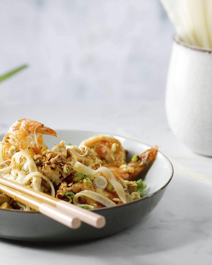 Hét nationale gerecht van Thailand: Pad Thai! Een snelle 'stir-fry' met rijstnoedels, scampi, tofu, een lekker sausje en krokante pindanootjes. Heerlijk!