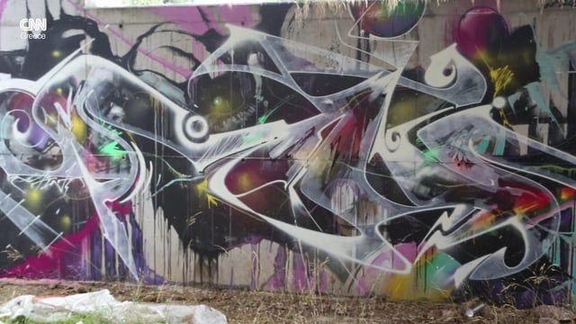 Two street artists, Lune 82 and Billy Gee speak about the graffiti trends during the Greek crisis. Δύο καλλιτέχνες του δρόμου μιλούν για το γράφιτι και την Αθήνα της κρίσης.