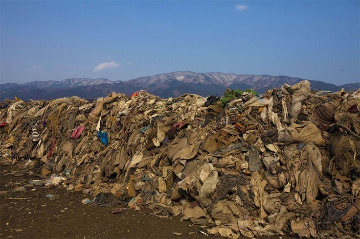 Prendas de vestir que quedaron entre los escombros de las casas destruidas tras el terremoto y tsunami en Japón.