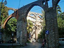 Acquedotto medioevale di Salerno -- Si racconta che un pellegrino greco di nome Pontus si fermò nella città di Salerno e trovò rifugio per la notte sotto gli archi dell'antico acquedotto dell'Arce. Scoppiò un temporale e un altro viandante malandato si riparò nello stesso luogo, si trattava del latino Salernus; costui era ferito e il greco, dapprima sospettoso, si avvicinò per osservare da vicino le medicazioni che il latino praticava alla sua ferita. Nel frattempo erano giunti altri due…