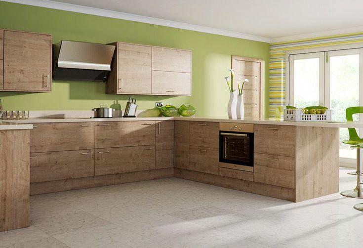 cuisine moderne bois chêne avec des armoires de rangement murales et plan de travail