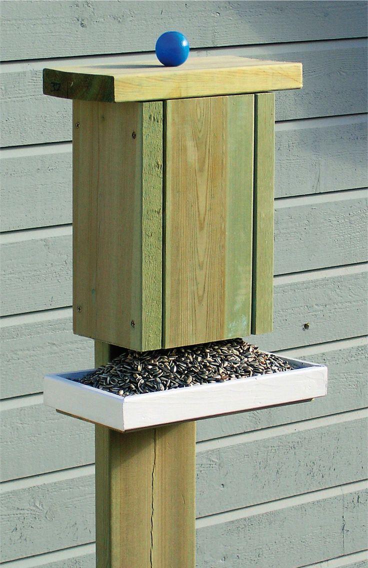 Det er mye hygge i et fuglebrett. Plasser det på eller ved terrassen slik at du kan nyte fuglelivet på nært hold. Dette brettet med fôringsautomat lager du a...