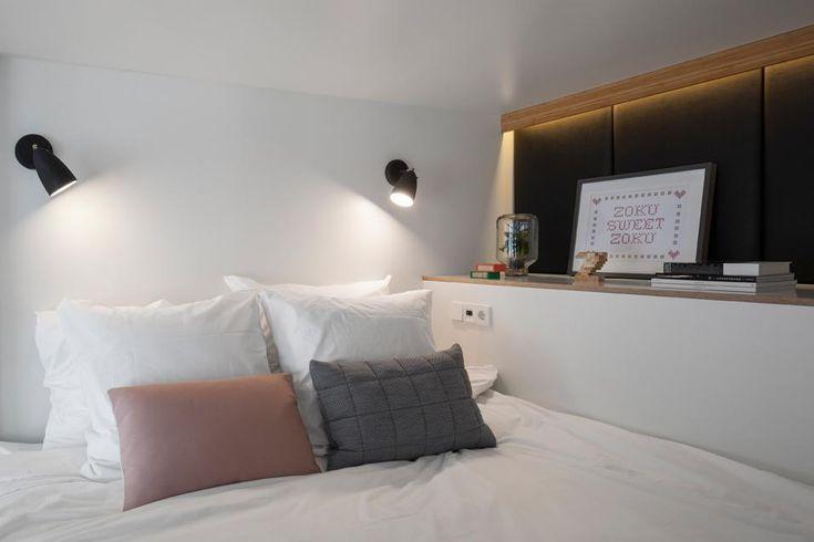 Una configurazione ideale per un soppalco: luci a parete per la lettura e un volume in muratura come appoggio per piccoli complementi ed effetti personali, il tutto impreziosito da una lama di luce in LED