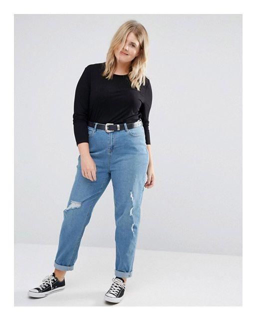 Рваные джинсы, с дырками, расположенными по вертикали, на полной девушке