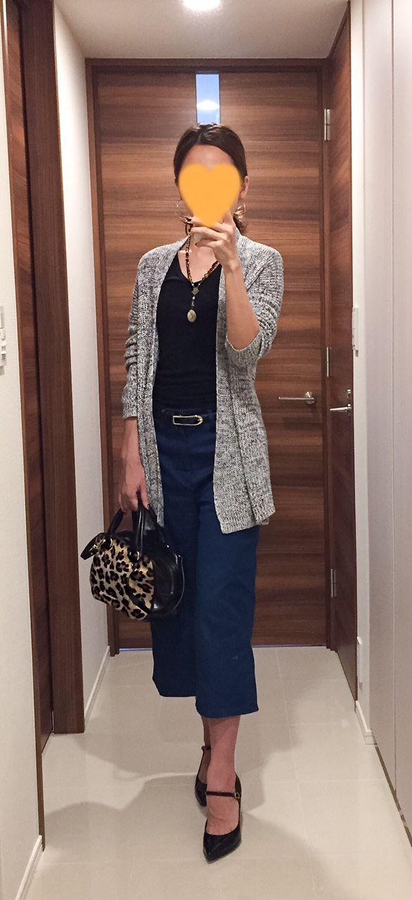 Grey cardigan: Theory, Black tee: GAP, Denim: ZARA, Leopard bag: Tomorrowland, Pumps: Fabio Rusconi