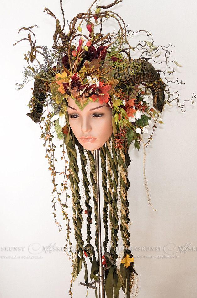 """Headdress: """" Die Schönste """"  Farbdesign: grün-gold-bunt Grösse: One-Size (über ein Gummiband stufenlos variabel)  Dieser zauberhafte Kopfschmuck vereint sanft geschwungenes Gehörn, leuchtende..."""