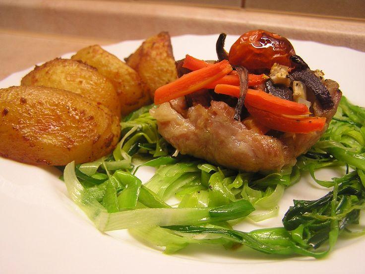 Maso si nakrájíme na řízky, naklepeme, osolíme, opepříme a okořeníme. Na náplň si zeleninu očistíme a s klobásou nakrájíme na kostičky a slaninu...