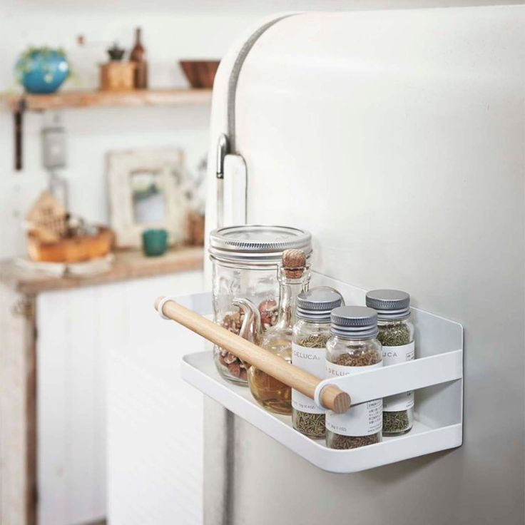 Store cooking spices on the refrigerator with this spice rack by Yamazaki. It can hold spice containers used regularly for cooking to make them easier to reach, and it saves cabinet space.