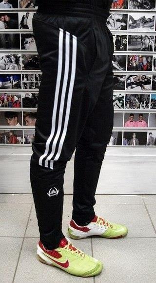 Купить зауженные спортивные штаны adidas