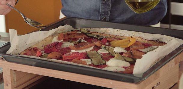 """Pizza senza farina:1 cavolfiore 2 albumi o 1/2 tazza di farina di ceci salsa di pomodoro una mozzarella verdure grigliate sale pepe q.b. Stendiamo della carta forno su una teglia, e mettiamo l'impasto al di sopra, aiutandoci con un cucchiaio per schiacciare bene. Cuociamo a 180°C per circa 30-35 minuti (dorata). Togliamo la """"base"""" della pizza, stendiamo al di sopra la polpa di pomodoro, la mozzarella tagliata a fettine, le verdure grigliate e dopodiché inforniamo di nuovo a 180°C."""