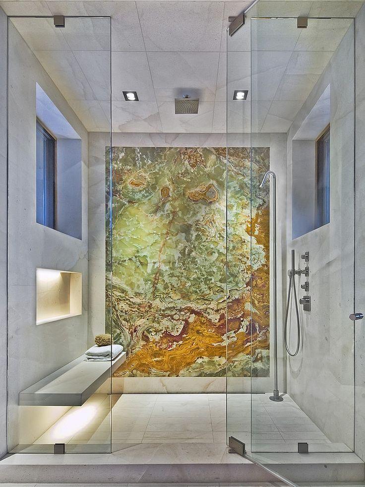 Un'altra doccia a soffitto con le pareti rivestite in piastrelle di marmo con uno splendido sfondo realizzato sempre in marmo, in unico pezzo