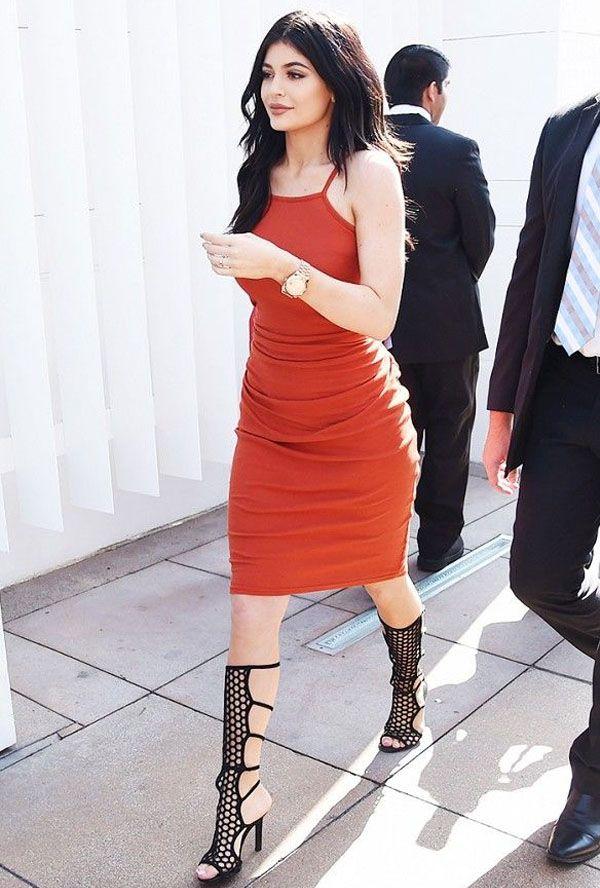 Kylie Jenner usa sandália gladiadora super alta e vestido tubinho midi.
