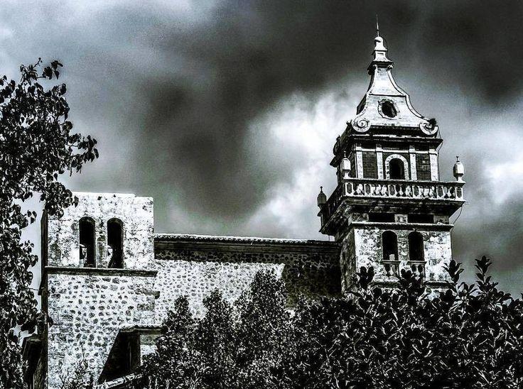 Thank you @hesamsn for share this amazing photo of the Real Cartuja monastery. #heritage #culture #valldemossa #visitvalldemossa #igers #mallorca #serradetramuntana #igersmallorca #majorca #nubarrones #thisismajorca #ignation #carthusianmonastery #realcartuja #cartoixa #church #Kirche #Kloster #chartehouse #Chartreuse #autumncolours #belltower #campanar #parallamps #Blitzableiter