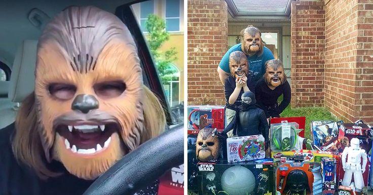 La tienda acudió a la casa de Candace para regalar juguetes de Star Wars, entre ellos más máscaras de Chewbacca; así la madre no la confiscaría solo para ella.