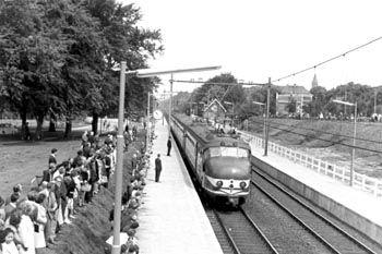 Treinstel 750, komend van #Naarden - #Bussum, stopt aan de nieuwe parkeerhalte Bussum-Zuid. Het is 10.50 uur geweest en de officiële opening is nabij! Deze foto is gemaakt door Edward Bary, op 21 mei 1966. #gooisemeren