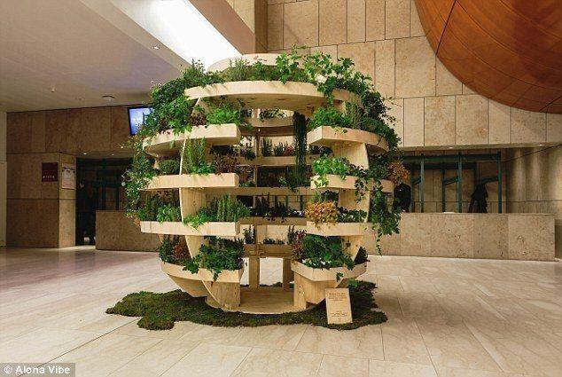 Ikea tilt het binnenshuis tuinieren een niveau hoger. Het Scandinavische design bedrijf heeft een bolvormige tuin ontworpen, specifiek voor het leven in de stad waar de ruimte voor tuinen sc
