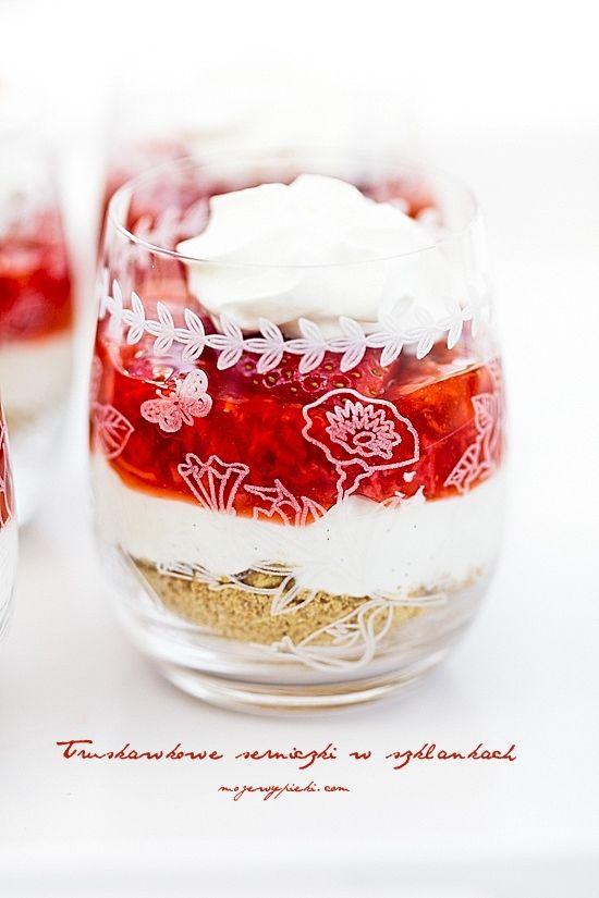 Serniczki truskawkowe w szklankach